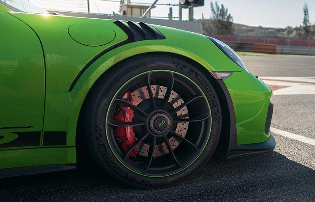 Phanh gốm carbon của Porsche 911 bị tố kém chất lượng.