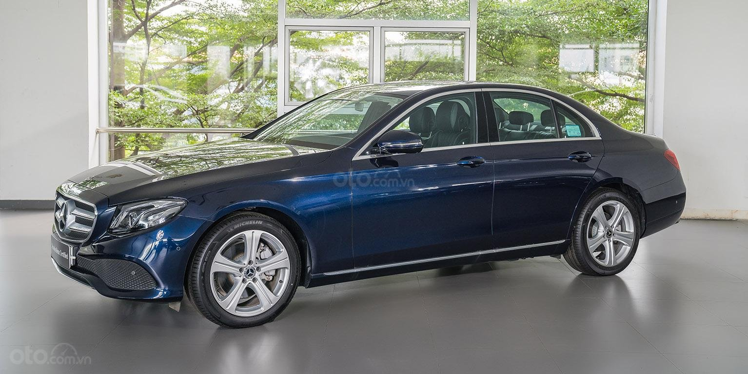 Bán xe Mercedes-benz E250, đăng ký 2018, màu xanh, chỉ 2% thuế trước bạ-0