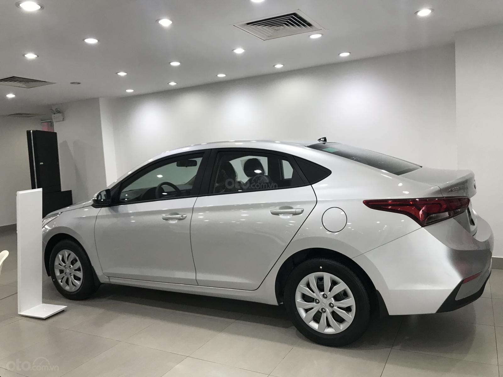 Bán xe Accent bản base màu bạc, có sẵn giao ngay 150 triệu nhận xe ngay (2)