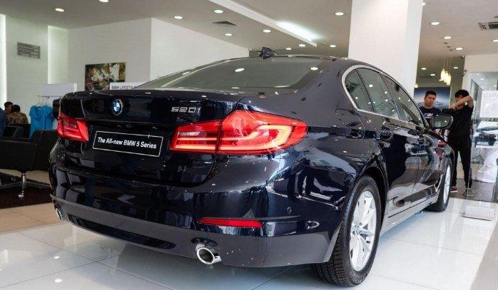 Đuôi xe BMW 5-Series 2019 góc nghiêng.