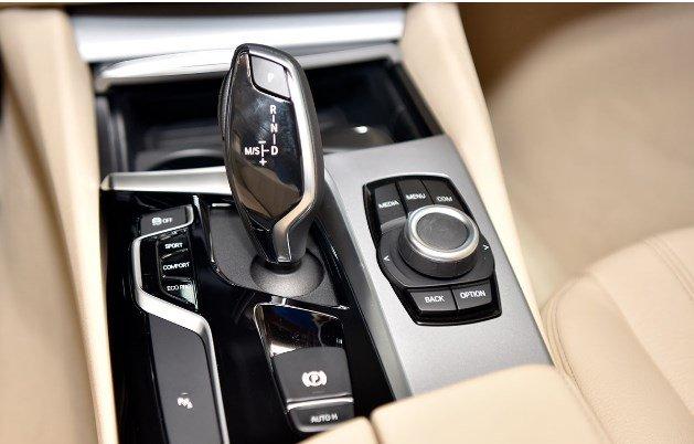Cần gạt số xe BMW 5-Series 2019.