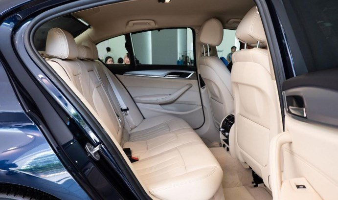 Hàng ghế sau xe BMW 5-Series 2019.