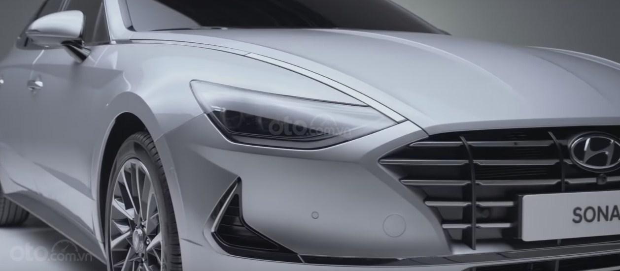 Mui xe kéo dài đến lưới tản nhiệt trên Hyundai Sonata 2020 - 1
