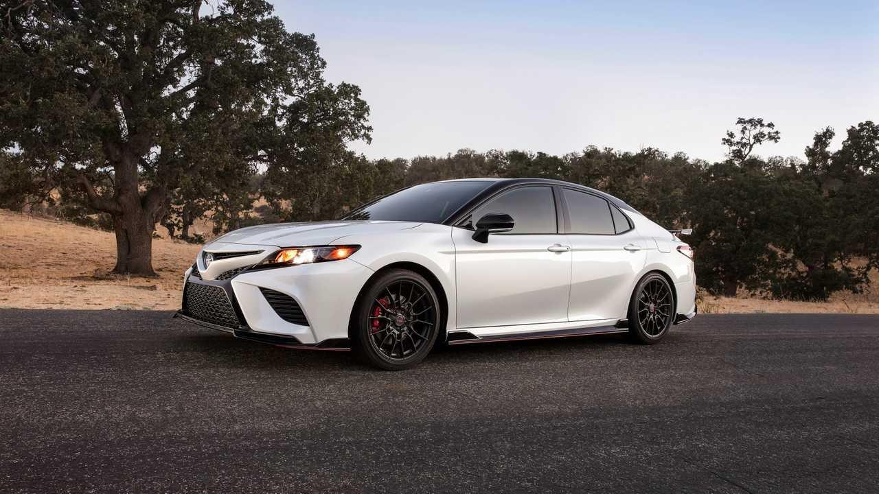 Toyota Camry trình làng phiên bản Black Sport V6 đậm chất thể thao.