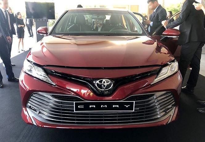 Chuẩn bị mở bán thế hệ mới, Toyota Camry tại đại lý giảm giá mạnh - Ảnh 1.