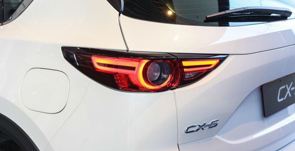 So sánh xe Mazda 3 2018 và Mazda CX-5 2018 về thiết kế đuôi xe - Ảnh 3.