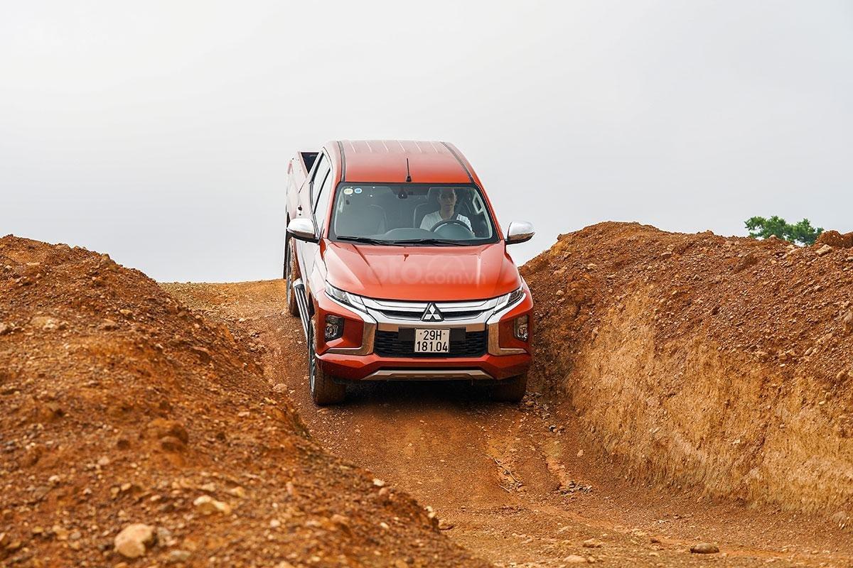Đánh giá xe Mitsubishi Triton 2019 phiên bản 4x4 AT MIVEC: ảnh chụp lúc xe xuống dốc