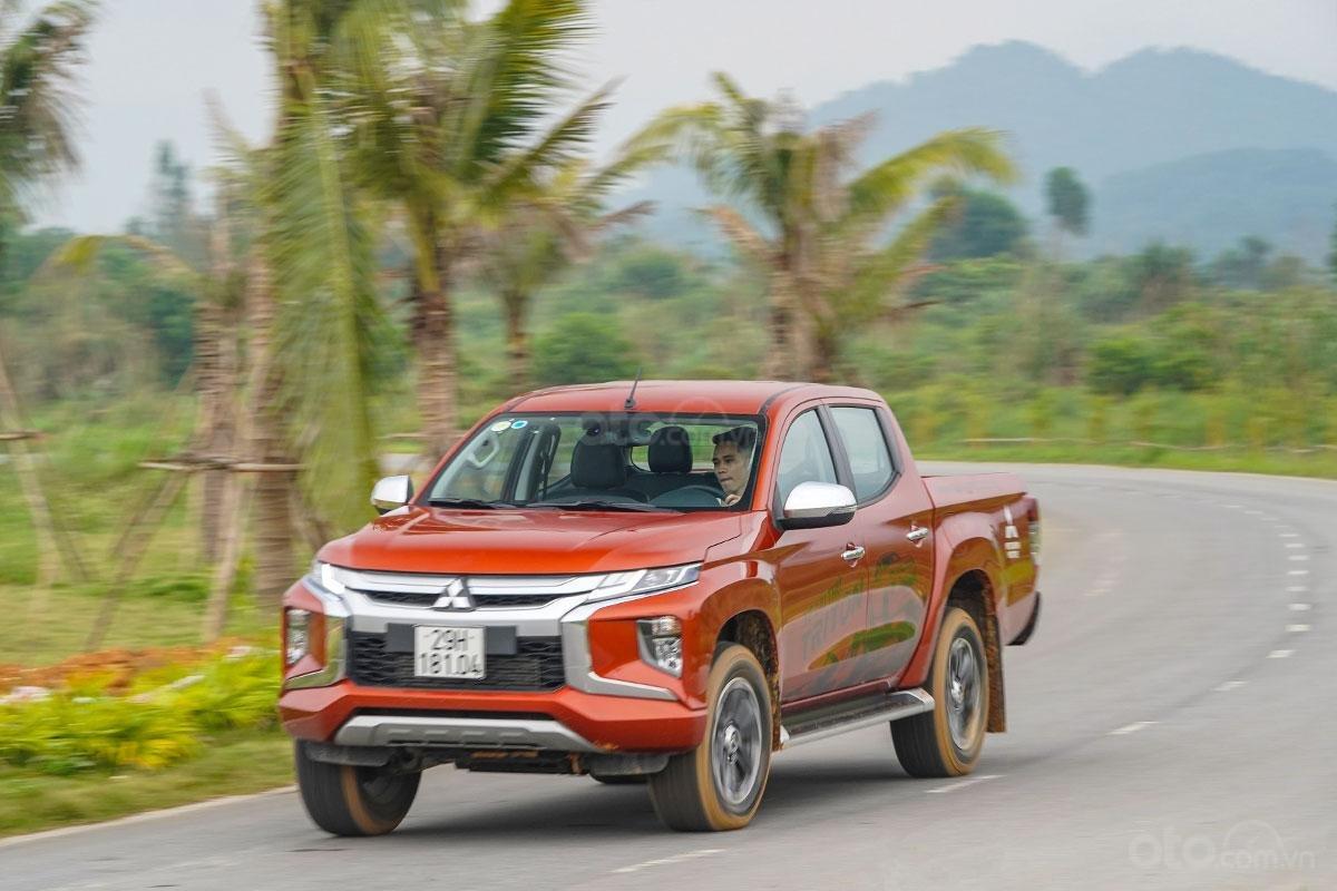 Đánh giá xe Mitsubishi Triton 2019 phiên bản 4x4 AT MIVEC: Xe chạy trên đường
