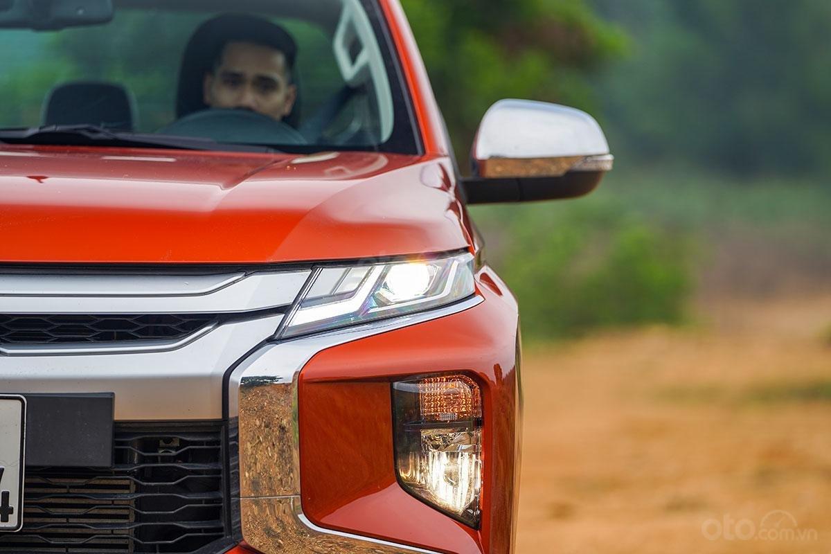 Đánh giá xe Mitsubishi Triton 2019 phiên bản 4x4 AT MIVEC: hiình ảnh đèn pha