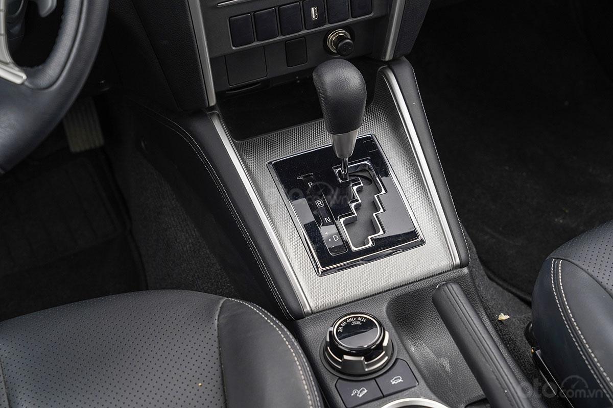 Đánh giá xe Mitsubishi Triton 2019 phiên bản 4x4 AT MIVEC: ảnh chụp cần số