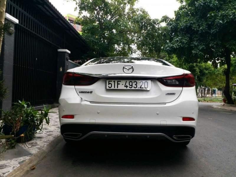 Bán xe Mazda 6 2.0 Premium đời 2017, màu trắng chính chủ-2