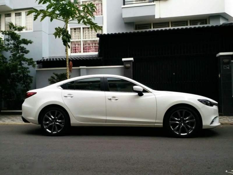 Bán xe Mazda 6 2.0 Premium đời 2017, màu trắng chính chủ-0