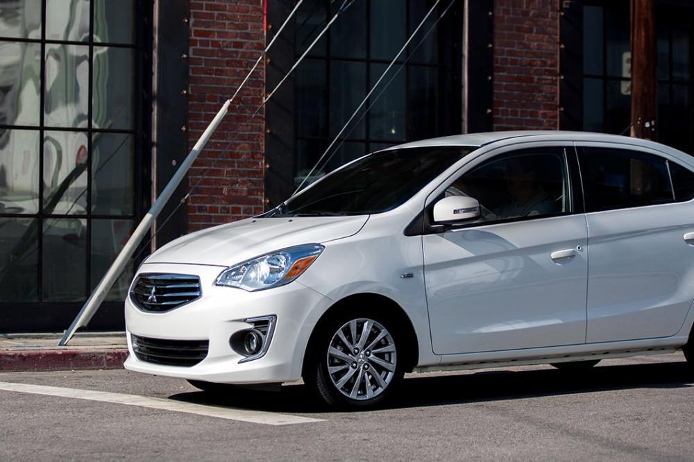 So sánh Hyundai Grand i10 2019 và Mitsubishi Attrage 2019 về đuôi xe.