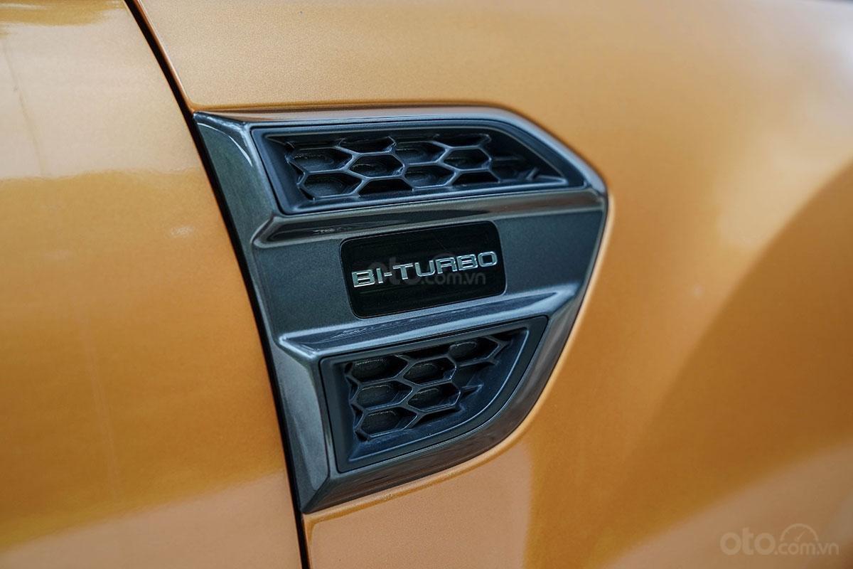 Thân xe Ford Ranger Wildtrak 4x4 2019: Dòng chữ Bi-Turbo trên hốc gió giả.