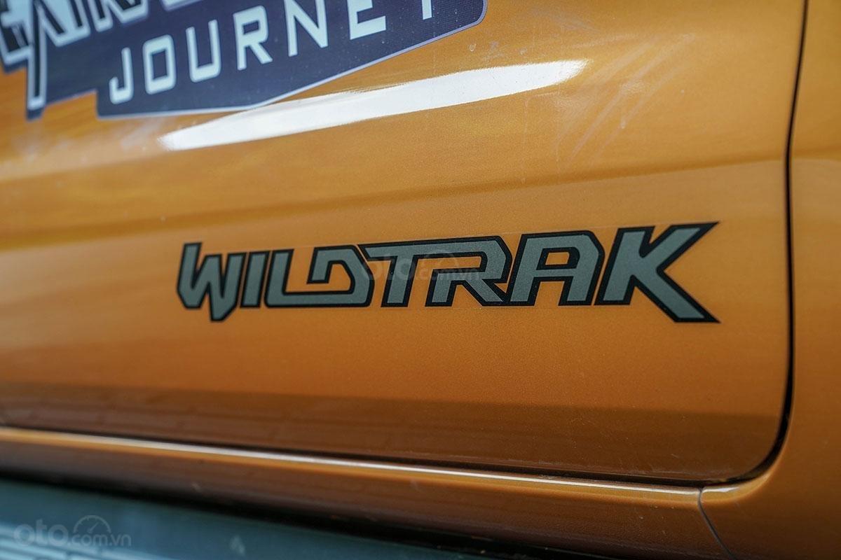 Thân xe Ford Ranger Wildtrak 4x4 2019: logo wildtrak bên hông xe.