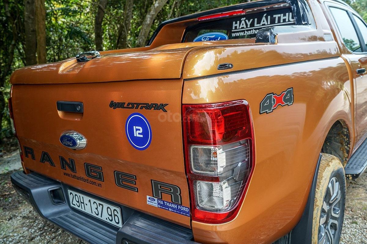 Đuôi xe Ford Ranger Wildtrak 4x4 2019: Cửa nắp thùng sau có cơ cấu trợ lực.