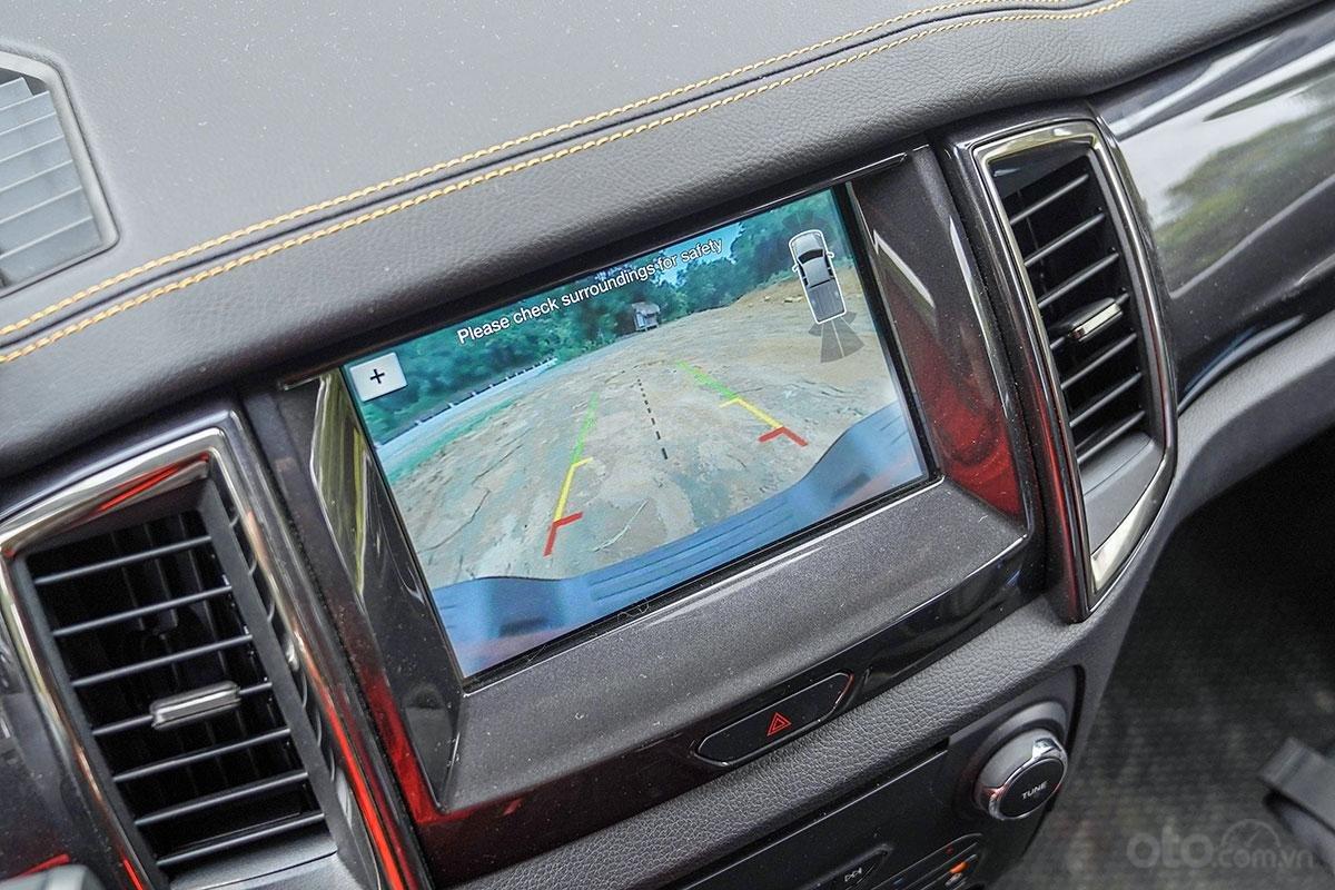 An toàn Ford Ranger Wildtrak 4x4 2019: Camera lùi 2 góc nhìn.