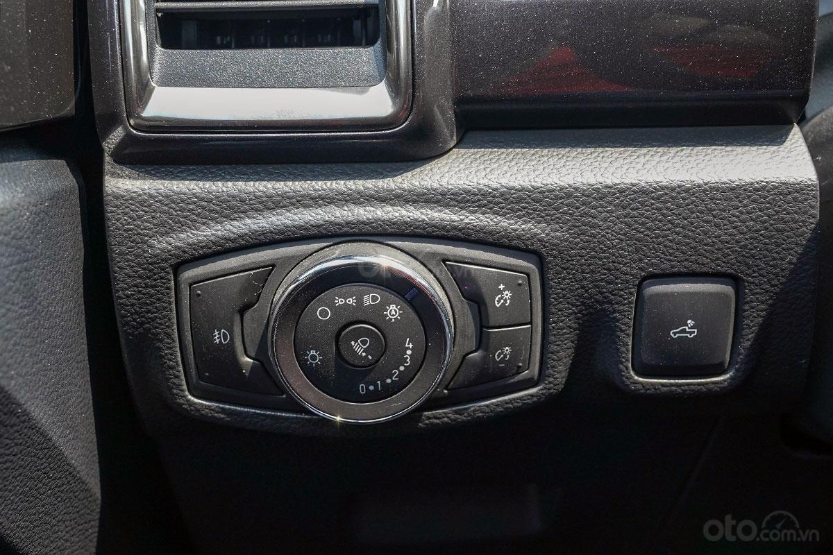 Nội thất Ford Ranger Wildtrak 4x4 2019: Đèn pha tự động.