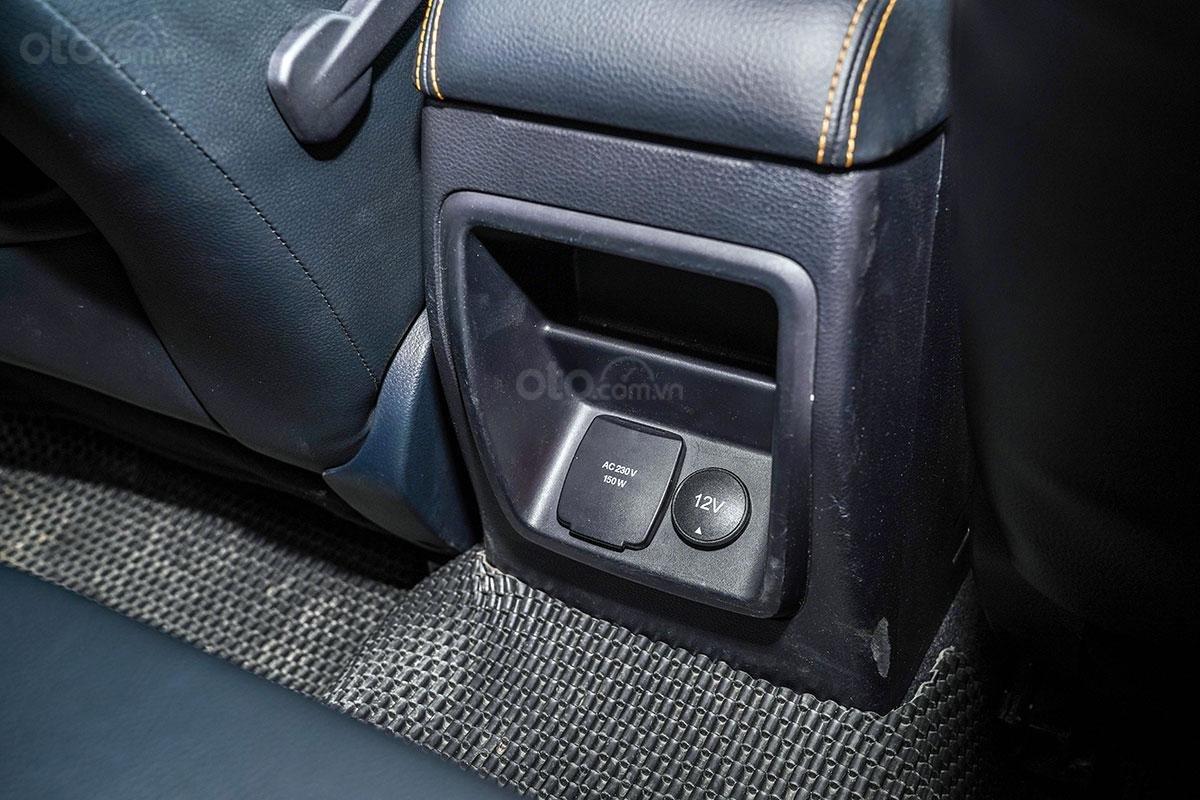 Nội thất Ford Ranger Wildtrak 4x4 2019: Ổ cắm điện 230V.