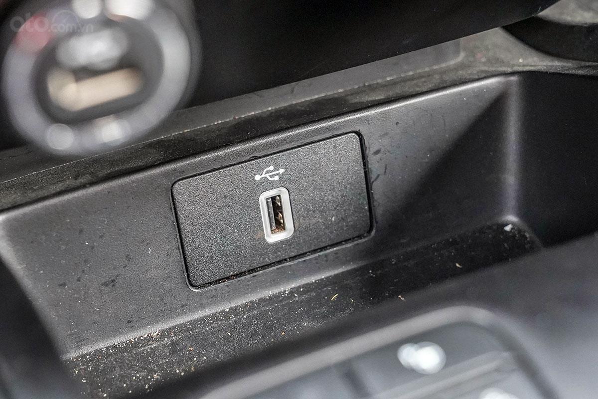 Nội thất Ford Ranger Wildtrak 4x4 2019: Cổng kết nối USB cho hệ thống Android Auto và Apple Carplay.