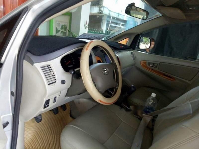 Cần bán Toyota Innova sản xuất năm 2010, màu bạc xe gia đình (2)