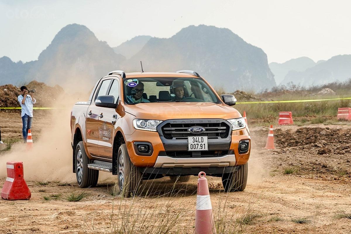 Vận hành Ford Ranger Wildtrak 4x4 2019: chạy trên đường đất đá.