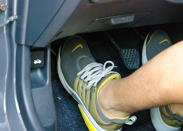 Đạp chân ga ô tô đúng cách