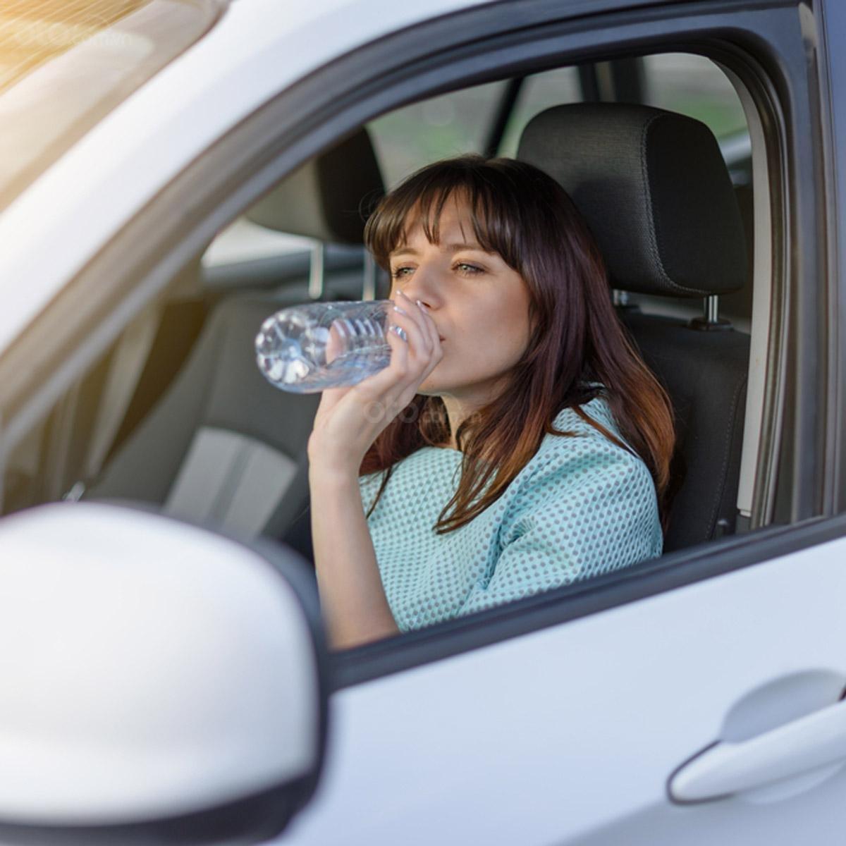 Những món đồ nên để trên xe ô tô vào ngày hè - nước
