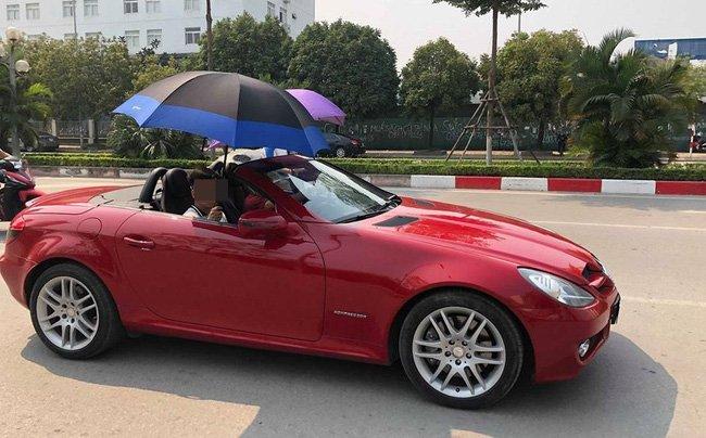Xuất hiện thêm hình ảnh tài xế Hà Nội vừa lái xe vừa… che ô
