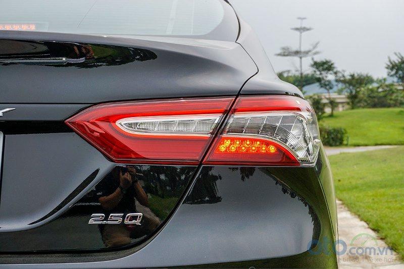 Cận cảnh đèn hậu Toyota Camry 2019 bản 2.5Q
