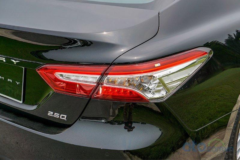 Cận cảnh đèn hậu Toyota Camry 2019 bản 2.5Q 2