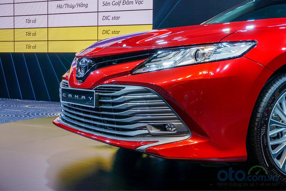 Cận cảnh đầu xe Toyota Camry 2019 bản 2.5Q