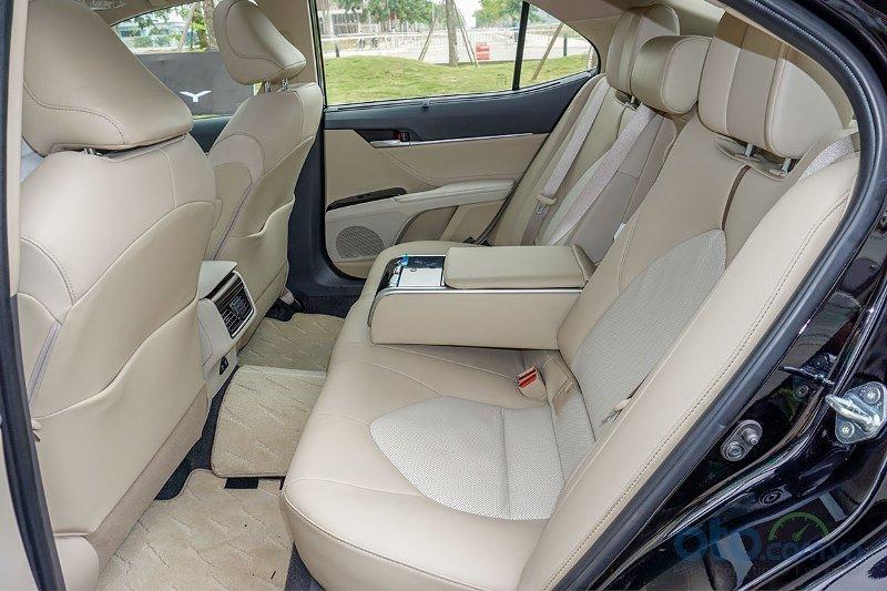 Cận cảnh hàng ghế sau trên Toyota Camry 2019 bản 2.5Q