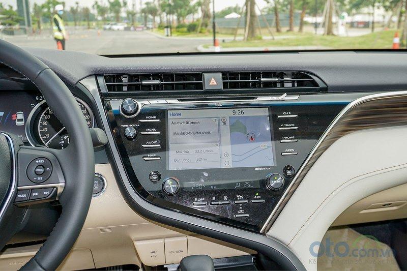 Cận cảnh màn hình trung tâm trên Toyota Camry 2019 bản 2.5Q