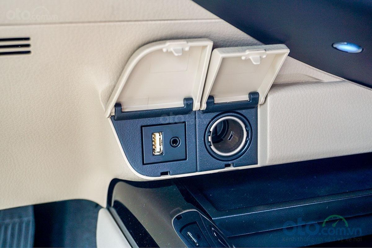 Cổng sạc điện trên Toyota Camry 2.0G 2019...