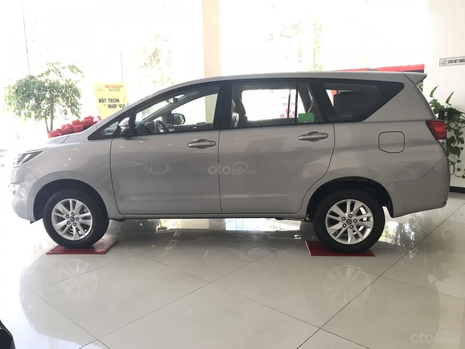 Cần bán xe Toyota Innova 2.0E SX 2019, màu xám, giá 771tr-1