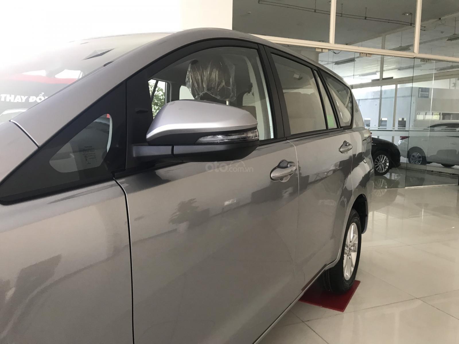 Cần bán xe Toyota Innova 2.0E SX 2019, màu xám, giá 771tr-5
