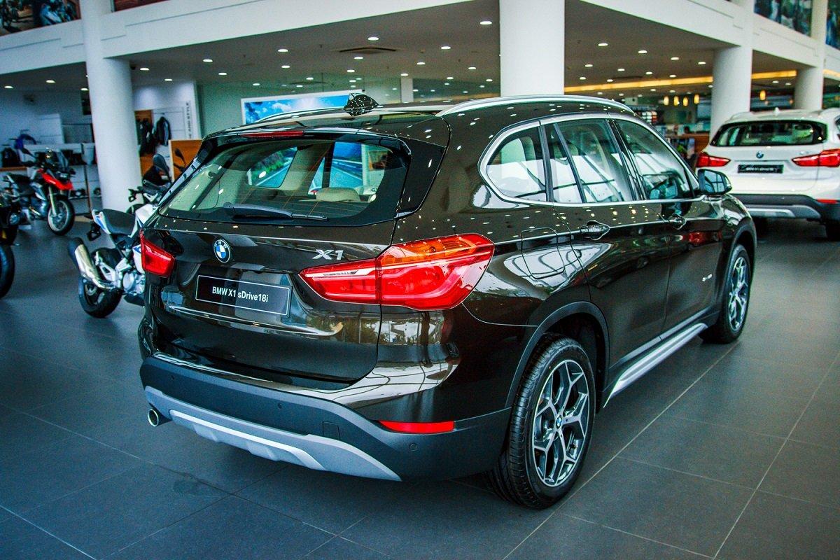 Đánh giá xe BMW X1 2019 về thiết kế đuôi xe: Đuôi xe nhìn nghiêng.