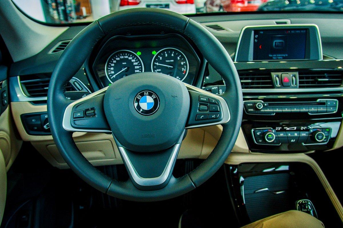 Đánh giá xe BMW X1 2019 về nội thất: Vô lăng.