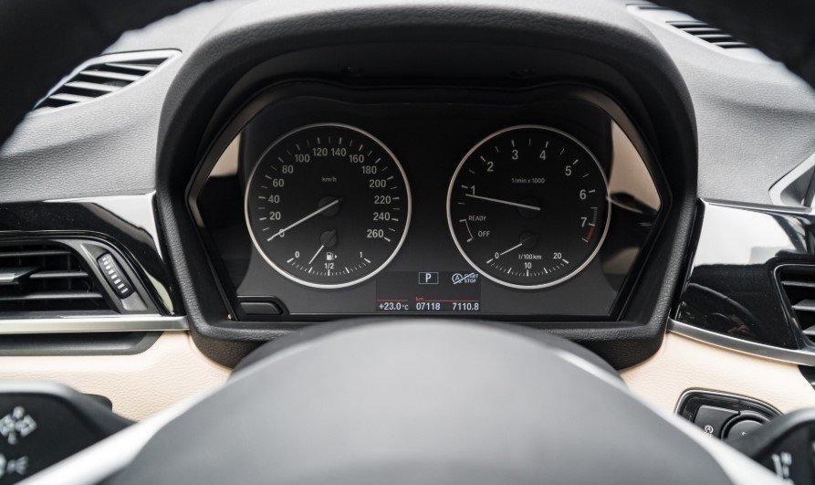 Đánh giá xe BMW X1 2019 về nội thất: Cụm đồng hồ.