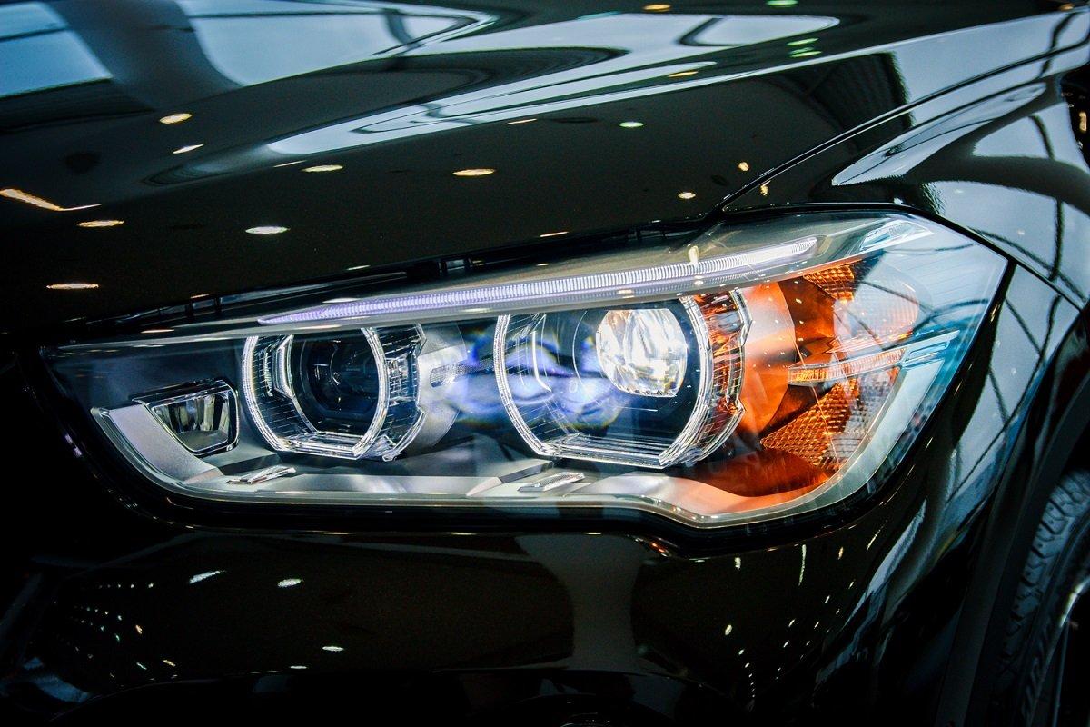Đánh giá xe BMW X1 2019 về thiết kế đầu xe: Đèn pha.