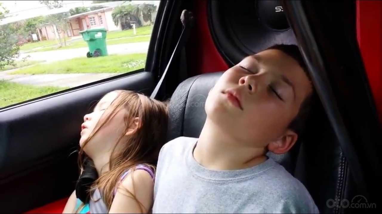 Để trẻ ngủ trong suốt chuyến đi.