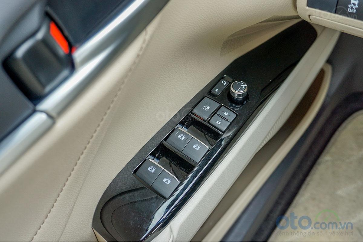 Toyota Camry 2.0G 2019: Hệ thống chỉnh cửa điện.