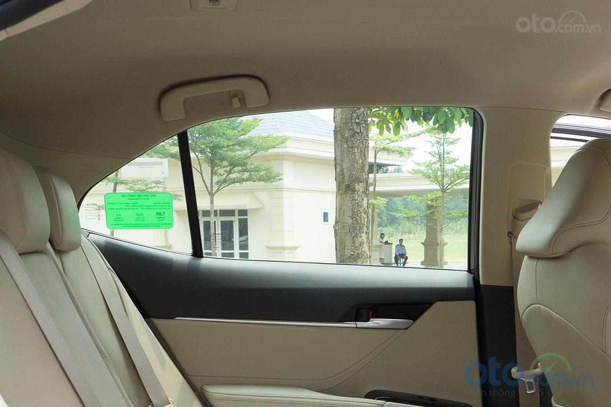 Toyota Camry 2.0G 2019: Không có rèm che cửa.
