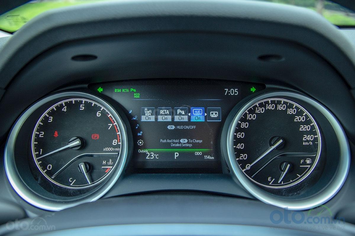 Toyota Camry 2.5Q 2019: Bảng đồng hồ.