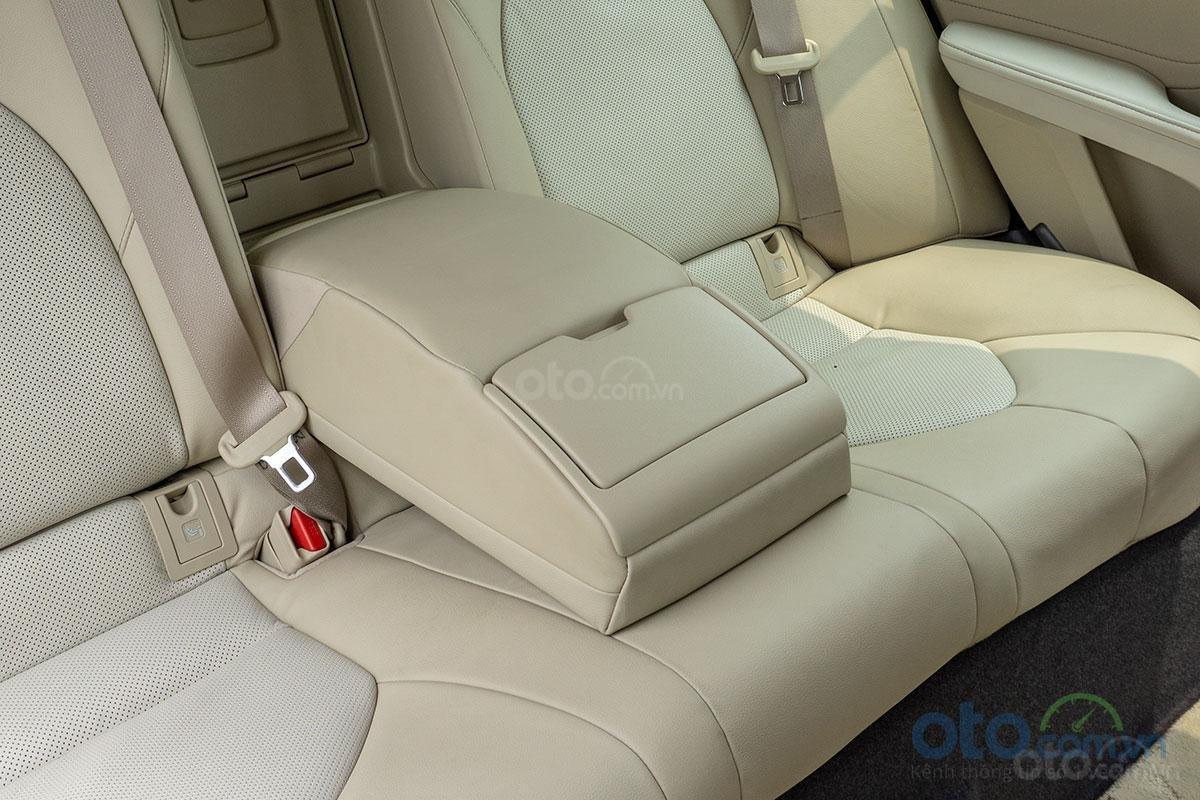 Toyota Camry 2.0G: Bệ tỳ tay trung tâm hàng ghế sau.