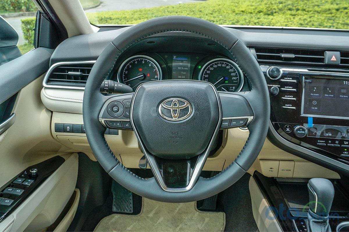 Toyota Camry 2.0G 2019: vô-lăng.