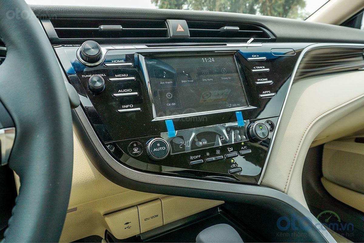 Toyota Camry 2.0G 2019: Bảng điều khiển trung tâm.
