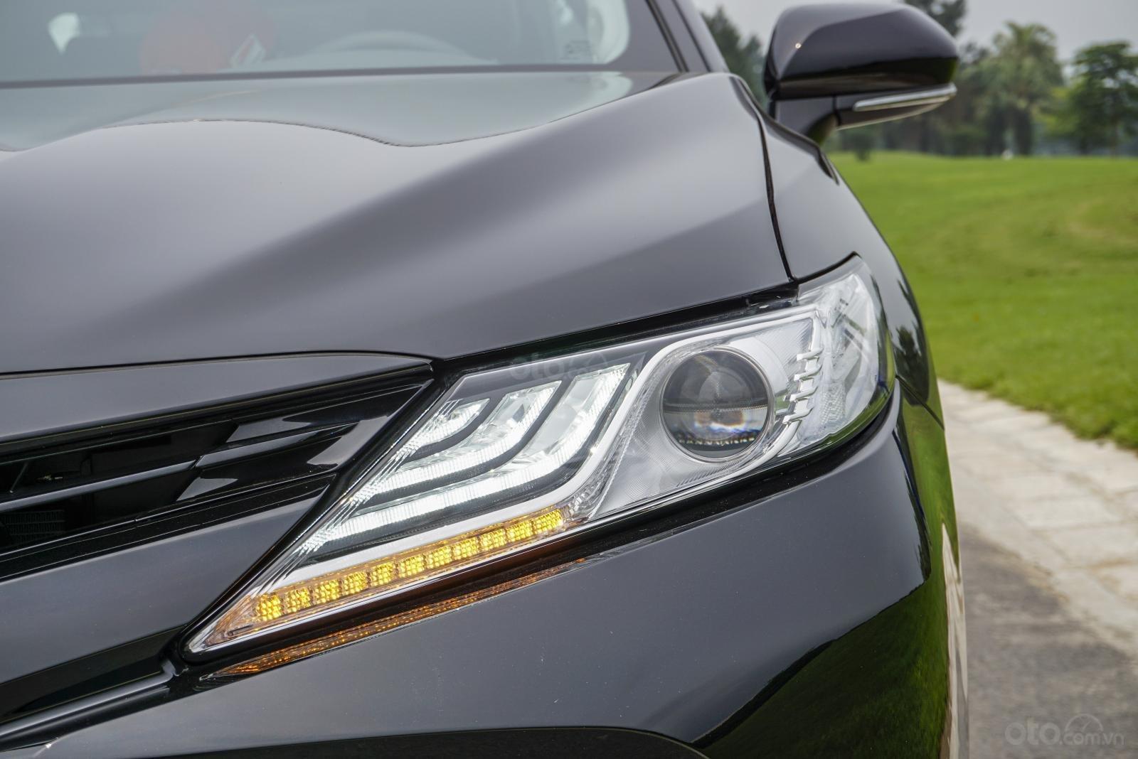 Toyota Camry 2.5Q 2019: Cụm đèn pha Bi-LED với dải LED chiếu sáng ngày đa tầng.