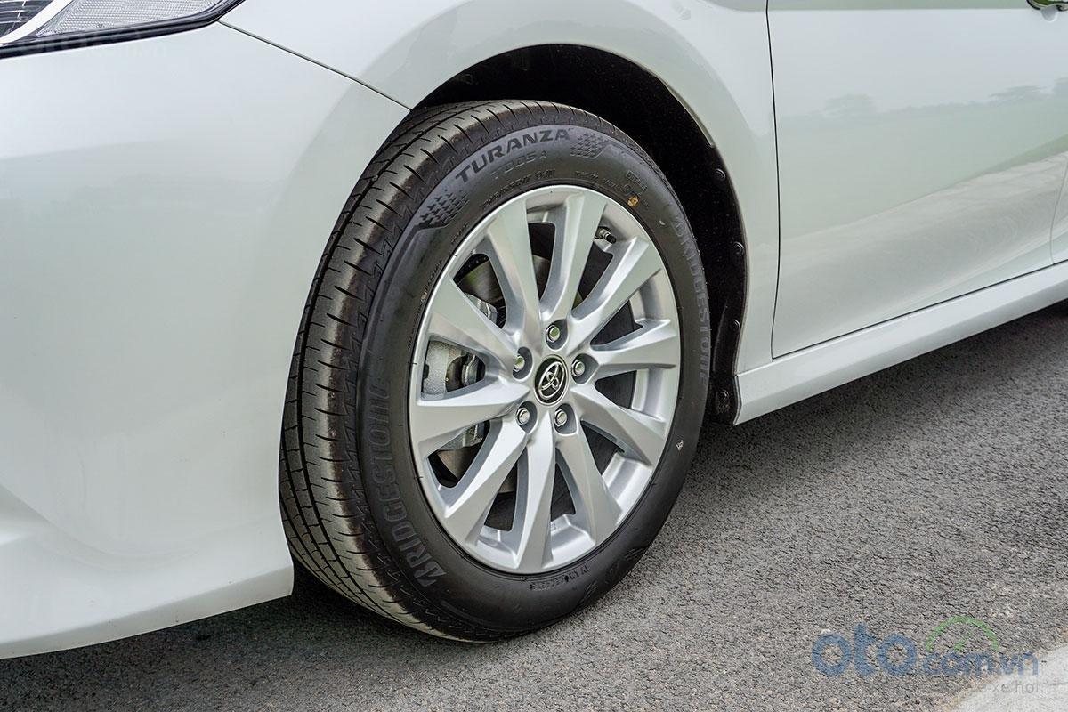 Toyota Camry 2.0G 2019: La-zăng đa chấu dạng 215/55 R17.